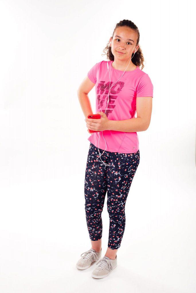 adolescentă pregătită de alergare, în colanți cu imprimeu și tricou sport roz